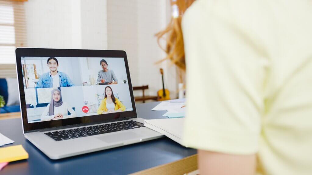 Mulher trabalhando remotamente em uma videoconferência em um time ágil
