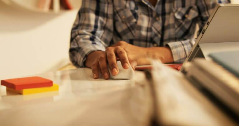 Capa do artigo Github Actions - variaveis de ambiente e secrets com uma mão de uma pessoa preta em cima de um mouse.