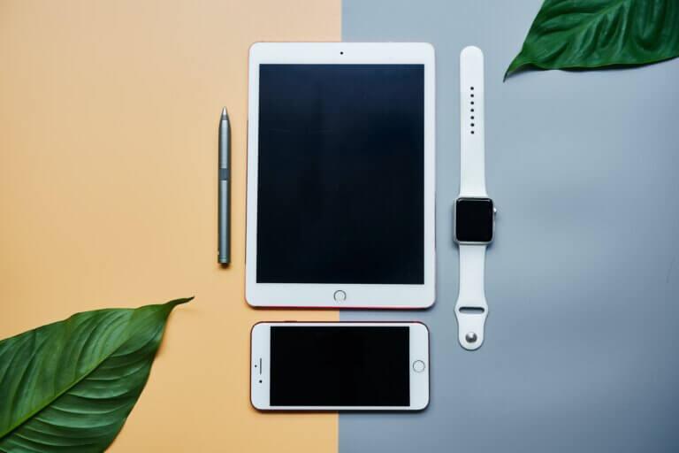 Capa do artigo sobre linguagem de programação Swif com aparelhos que rodam do sistema operacional iOS, como iPhone e iPad.