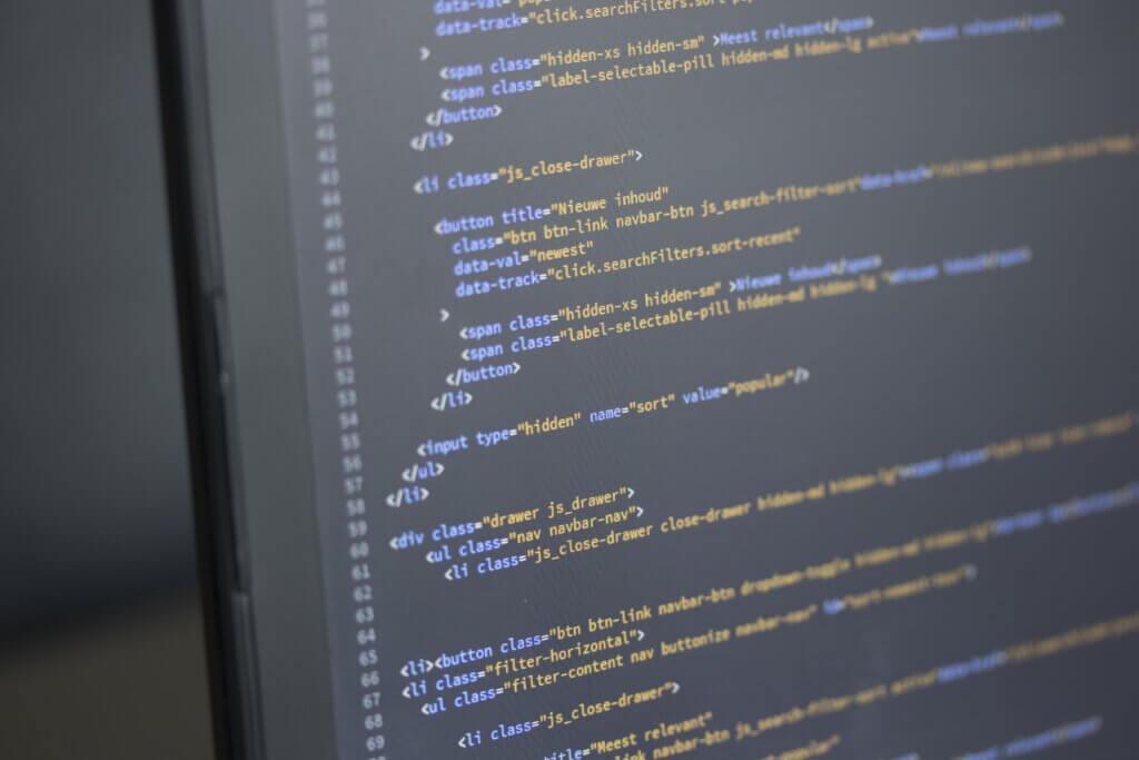 Capa do artigo sobre o uso do termo master na tecnologia com um código meramente ilustrativo.
