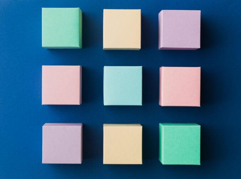 """Capa do artigo """"Flexbox o que é e como usá-lo para ter aplicações mobile responsivas"""" com 9 caixas coloridas perfeitamente alinhadas"""