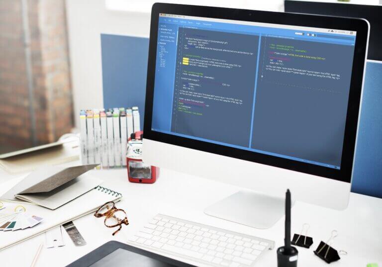 Capa do artigo sobre o componente do Beagle, Listview, onde se vê uma tela de desenvolvimento de software em um computador MAC.