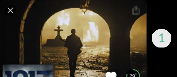 Imagem de uma parte da tela do aplicativo de streaming, mais especificamente o container 1, que contém o pôster do filme 1917. Na imagem do pôster, aparece com um homem de costas andando em direção a um portão aberto e, ao fundo, uma cruz aparece no horizonte.